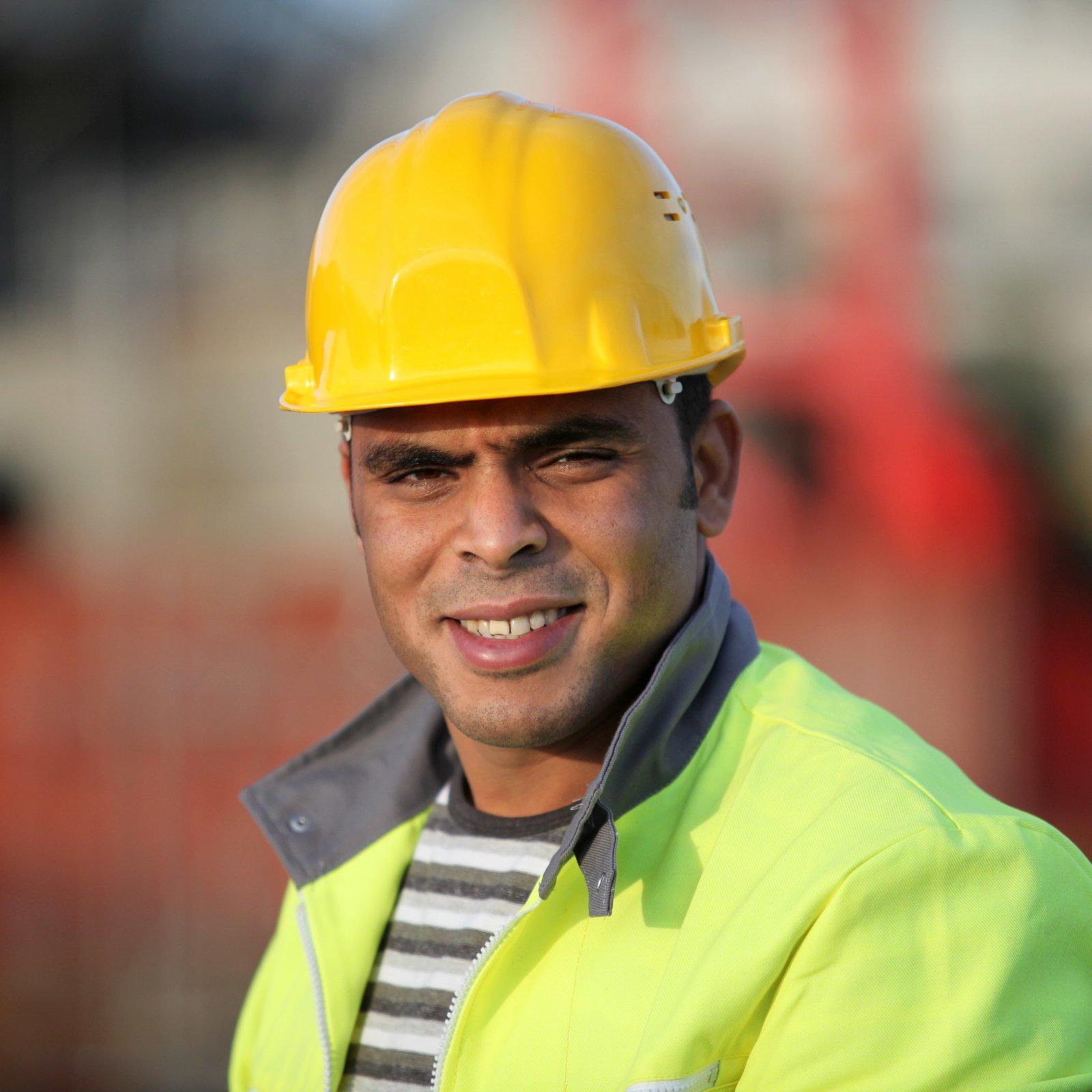 Portrait d'un ouvrier avec casque de sécurité